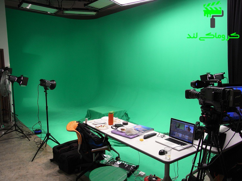 استودیوی کروماکی خالی همراه با میز